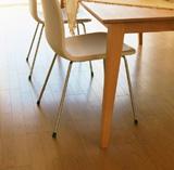室内の椅子とテーブルの写真
